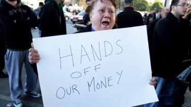 En cypriotisk kvinde raser over udsigten til at skulle betale måske 10 pct. af sine bankindeståender, for at redde Cyperns to største banker fra at gå ned. Sådan som EU-trojkaen foreslår