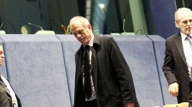 Cypern-krisen har afsløret eurosamarbejdets mere grundlæggende problemer. Nemlig at der ikke findes noget effektivt instrument at gribe til, når man skal forhindre et euro-medlemsland i at føre en farlig økonomisk politik. På billedet ankommer Cyperns finansminister Michael Sarris til et møde i Eurogruppen. Foto: Scanpix