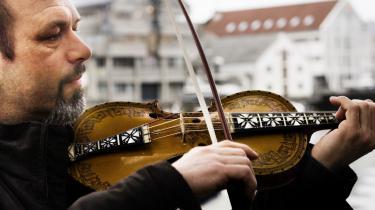 Norske Nils Økland spiller blandt andet på hardangerfelen – et over 300 år gammelt norsk folkemusikinstrument tæt på violinen, men i tyndere træ. Han kan opleves i aften i København.