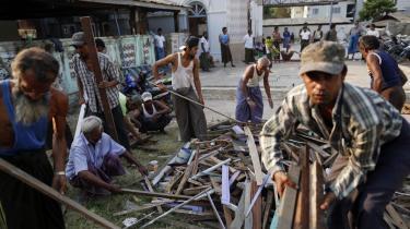 Indbyggerne i byen Gyo Bin Gauk rydder op efter et angreb på byens moské.