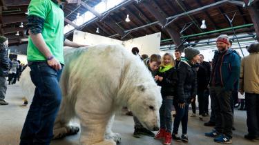 På Aarhus Sustainability Festival, en 'kultur-, videns- og livsstilsfestival, der fejrer bæredygtige initiativer', luntede en fuldstændig naturtro isbjørn rundt med to krumbøjede Greenpeace-aktivister indeni. Foto: Greenpeace/Scanpix
