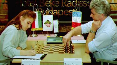 Som verdens bedste kvindelige skakspiller, Judit Polgár (tv.), har udtrykt det, kan hun godt stille op ved de særlige mesterskaber for kvinder, men hvis hun skal udvikle sit fulde potentiale, skal hun spille med i mændenes division.