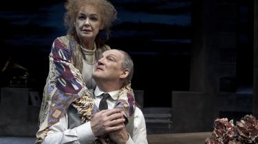Ghita Nørbys Sarah Bernhardt stirrer tilbage på karrieren med rastløshed og uimodståelig livsprotest i 'Sarah' på Folketeatret. Og Preben Kristensen føjer sin herskerindei alt.
