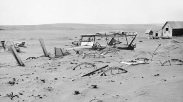 'The Dust Bowl' var en national katastrofe i 30'ernes USA. Flere års tørke kombineret med ensidig landbrugsdrift og udpining af jorden førte til enorme støvstorme, der blæste muld-laget væk, tvang hundredtusinder af mennesker på flugt og indebar store økonomiske tab.
