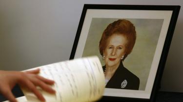 Margaret Thatcher håndplukkede selv biografisten Charles Moore og gav ham ubegrænset adgang til sine papirer. Eneste betingelse var, at hun aldrig selv ville læse biografien eller vide hvad folk havde sagt om hende. Den skulle først udkomme efter hendes død. Få timer efter begravelsen, mens folk stadig skrev i kondolencebøgerne, blev første bind sendt i trykken. Foto: Scanpix