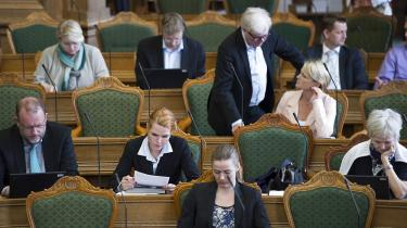 Otte ministre svarer for sent på over en fjerdedel af folketingsudvalgenes spørgsmål. Det til trods for, at regeringsgrundlaget lægger op til bedre regeringsførelse og rettidige svar på Folketingets spørgsmål. Folketingets parlamentariske kontrol er svækket, vurderer eksperter