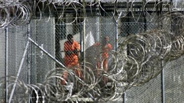 En underskriftsindsamling med mere end 124.000 underskrifter støtter oberst Morris Davis' krav om at lukke den amerikanske fangelejr Guantánamo.