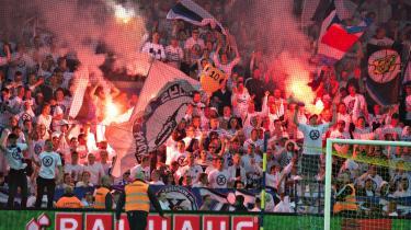 Med 0-0 kampen mod Brøndby sidste weekend tog københavnerne endnu en gang mesterskabet hjem. Fansene kan som her juble over medaljerne, men ikke for alvor over spillet.