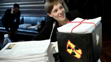 Sundhedministeriet har en kedelig rekord i korte frister for høringssvar. Sundhedsminister Astrid Krag (SF) fik under en offentlig høring om opbevaring af atomaffald overrakt en stak protestunderskrifter fra borgere. Foto: Scanpix