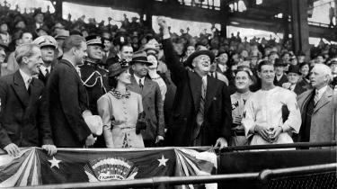 Franklin D. Roosevelt ønskede ikke at omstyrte det politiske system, men han var overbevist om, at det var nødvendigt at bremse markedskræfternes frie spil. Her kaster Roosevelt baseballsæsonen 1936 i gang. Rosevelt præsterede at blive genvalgt tre gange – i 1936, 1940 og 1944.