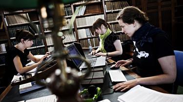 De danske universiteter er langt bedre til at tiltrække udvekslingsstuderende, end de er til at sørge for, at de danske studerende rejser ud. Det koster dem nu dyrt.