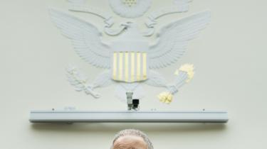 USA's justitsminister, Eric Holder, er kommet under beskydning, efter at en række journalisters opkald er blevet registreret i jagten på en lækage.