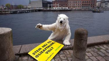 Onsdag morgen 8. maj 2013 fik Udenrigsministeriet uventet besøg fra Greenpeace, da en isbjørn lagde til kaj fra en kæmpe isflage for at appellere til udenrigsminister Villy Søvndal (SF) om at beskytte Arktis. Aktivisten i isbjørnekostumet padlede til Udenrigsministeriet fra en isflage for at bede Søvndal stemme nej til olieudslipsaftalen i Arktisk Råd, der giver selskaber frit spil til at bore efter olie uden forpligtelser til at passe på miljøet. Foto: Scanpix