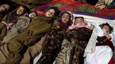 Kendsgerninger. Ligene af 12 børn i en landsby lyver ikke. Men sandheden om deres død anfægtes, uanset hvem der fremfører den. For beboerne er det deres børn, der blev dræbt af amerikanske bomber – for den lokale sikkerhedschef er landsbyboerne alle medlemer af Taleban. Foto: Naimatullah Karyab/Polfoto