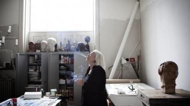 Kirsten Justesen er uddannet klassisk billedhugger fra det Kongelige Danske Kunstakademi i 1975.