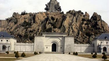 Monumentet i Valle de los Caídos blev opført som en hyldest til general Franco og frankisterne. Korset på toppen er 152 meter højt og 46 meter bredt. Nu slås skiftende spanske regeringer om, hvad der skal ske med monumentet.