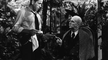 Humphrey Bogart i rollen som Phillip Marlowe i 1946-filmatiseringen af 'Den Lange Søvn', der regnes for den bedste af Raymond Chandlers odysseer fra Los Angeles' solglimtende velhaverkvarterer og lurvede skyggesider.   Foto: Scanpix