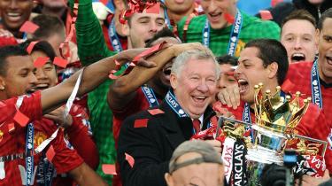 Slutter på toppen. Alex Ferguson slutter med Premier League-trofæet i hus på toppen af de tinder, han førte Manchester United til. Han ville være stoppet for et år siden, men det ville have så have været som næstbedst.
