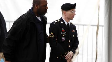Bradley Manning (th.) føres til foreløbig afhøring i Fort Meade i Maryland den 21. maj. Hans retssag imødeses med stor spænding.