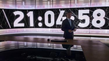 Kim Bildsøe Lassen stod klar i studiet i september, da TV Avisen for første gang sendte nyheder kl. 21.30. Den ændrede sendetid har ikke skaffet nye seere til DR.