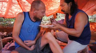 Styrmanden Søren Lyng-bjørn (t.v.) bliver madet af et af de filippinske besætningsmedlemmer, da han var syg  under fangenskabet. Billedet stammer fra TV 2's 'De danske gidsler – mareridtet i Somalia'.