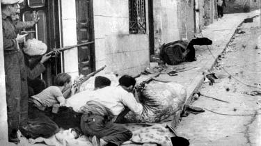 Under den spanske borgerkrig stod nabo mod nabo, bror mod bror, og der blev begået grusomhedder, mens de demokratiske regeringer i Europa så passivt til, og det fascistiske Italien og især Tyskland brugte Spanien som militær træningsplads inden det kommende europæiske opgør.