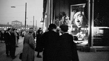 Berlinere betragter billede af Ernst Reuter, Vestberlins første borgmester, som fik eksil i Tyrkiet før Anden Verdenskrig trods landenes tætte bånd. Bånd, som også krævede ofre. Foto: Scanpix