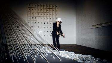 Yoko Ono er andet end John Lennons enke. På Louisiana viste hun hvad i en performance, som indbefattede potteskår, historier og ni blæsere pakket ind i gaze.