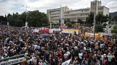Græsk statlig tv ERT blev af regeringen tirsdag lukket ned med øjeblikkelig virkning, og som de ansatte sarkastisk skrev på bannere foran tv-bygningen: 'Revolutionen bliver ikke sendt direkte på tv'. Protesterne mod lukningen er fortsat efter at Grækenlands fagforeninger har indkaldt til en 24-timer lang generalstrejke. Foto: Scanpix