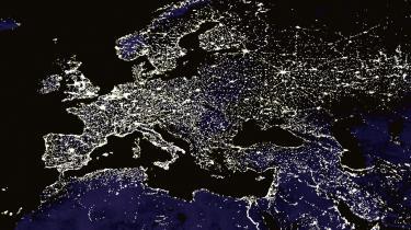 'Hvert land i Europa har konstrueret et energisystem, der er baseret på til ethvert tidspunkt at kunne levere den nødvendige mængde energi. Bare ved at samkøre og integrere forsyningsnettet i Europa, kan man få langt mere ud af den vedvarende energi,' siger Thomas Færgeman, direktør for tænketanken CONCITO. Illustration: iBureauet