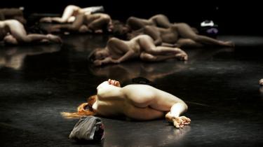 I 'Forum Humanum' kan man virkelig få mulighed for at vade rundt i nøgne kroppe oppe på scenen. Men det er faktisk mere interessant at betragte Kitt Johnsons koreografiske overlevelsesværk i sikker voyeurafstand på tilskuerpladserne …