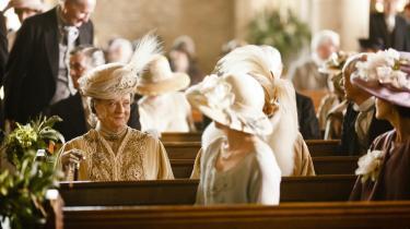 Alene 78-årige Maggie Smith i rollen som den aldrende grevinde Violet gør serien værd at se. Hun er formidabel som snobben med den underspillede, tørre humor. I den nye sæson får hun kvalificeret modspil fra en af amerikansk films aldrende divaer, Shirley Maclaine.