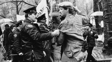 Allerede i 1986 afgjorde domstolen i Haag, at USA ikke kunne drages til ansvar for overgreb mod civile begået af contra'erne i Nicaragua, som USA støttede med våben. Her demonstreres der i New York mod den amerikanske indblanding i konflikten.