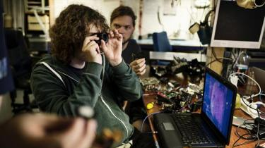 Over hele verden åbner hackerspaces, hvor folk med forskellig baggrund mødes om forskningsprojekter på kryds og tværs og for at bruge kendt teknologi på nye måder. Med en legende og projektorienteret tilgang vil man skabe et supplement til de etablerede universiteters traditionelle måde at bedrive forskning på