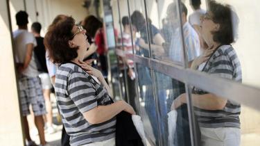 Der er trængsel om opslagene med ledige job i den kroatiske hovedstad, Zagreb. Arbejdsløsheden er i de seneste par år steget til 21 procent – næsten det dobbelte af EU-gennemsnittet.