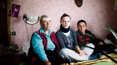 De sidste. Laila Spuge med børnebørnene Inguna på 17 og Toms på 11 år. To af hendes egne børn og de ældste børnebørn er rejst ud. En tredje søn er vendt hjem og har åbnet egen butik, men den kører dårligt, for ingen i landsbyen har penge. Livet var bedre i Sovjet-tiden, siger hun.