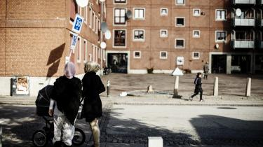 Udlændingeloven fra 1983 er ifølge Søren Krarup ved at forvandle Danmark til et indvandrerland, som fremmedgør de danske oprindelige borgere. Fremfor at forsvare Danmark som nationalstat, ophæves landets suverænitet, fordi mennesker efter lovens indførelse kan søge asyl, mener han.