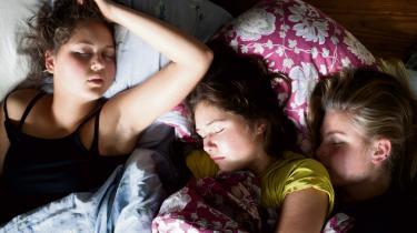 Natten. Luften står stille i Eriksmindes gymnastiksal den sidste nat. Her har eleverne samlet sig for at sove i én stor fælles bunke. Selv om der er madrasser nok, ligger de fleste klinet op ad hinanden.