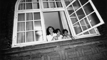 Det overvældende flertal af dem, som fik asyl  de år, hvor jeg var medlem af Flygtningenævnet, ville også have fået det under den tidligere lovgivning – i hvert fald hvis man overholdt de traktater, Danmark havde forpligtet sig på. Her kigger tre børn ud af vinduet i Dansk Røde Kors' flygtningecenter i København i 1989.