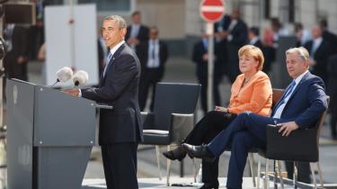 Angela Merkel lytter til præsident Obamas tale i Berlin 19. juni. Kansleren forholdt sig afventende, efter det blev afsløret, at den amerikanske efterretningstjeneste NSA også overvåger tyske statsborgere. Nu skriver avisen Bild, at den tyske efterretningstjeneste har kendt til overvågningen i årevis.