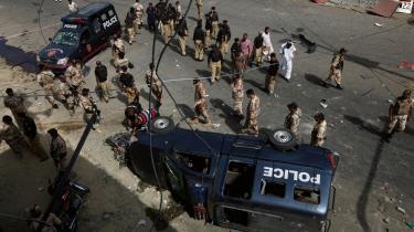 En bombeeksplosion rettet mod dommer Maqbool Baqar i slutningen af juni dræbte syv i Karachi. I byen, som er Pakistans kommercielle hovedstad, er vold, mord og pengeafpresning blevet dagligdag, når Taleban og kriminelle bander bruger mafiametoder mod familier og butiksejere. Myndighederne har mistet kontrollen, siger forsker. Foto: Reuters/Scanpix