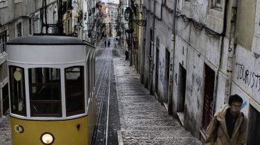Når Carolina Marmelada kommer hjem til Portugal på ferie ser hun kun børn og gamle på gaden. De veluddannede voksne er nemlig som hun selv rejst til udlandet for at finde arbejde. Historisk har portugisere altid emigreret meget og er derfor gode til at tilpasse sig, mener hun.