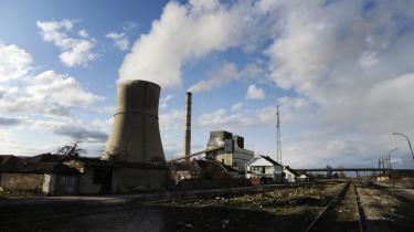 Kosovo har en af verdens største forekomster af bekræftede brunkulsreserver. Men de to eksisterende kulkraftværker er gamle, ustabile og særdeles forurenende, og derfor ønsker landets regering at bygge et nyt.  Her ses det ene kulkraftværk, Kosova B.