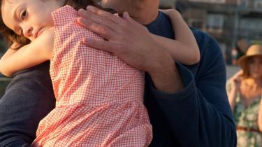 Onata Aprile er lidt af et fund i rollen som seksårige Maisie, der bliver forsømt af sine egocentrerede, uansvarlige forældre og er i fare for at miste sin barndom. Foto: Scanbox
