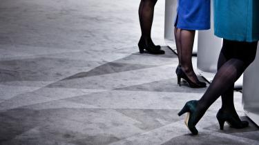 Kvindelige politikere kan kommunikere mere nuanceret med deres beklædning end deres mandlige kolleger, der er fanget i stive jakkesæt, mener modeforsker. Det kræver en omhyggelig afvejning af maskulin power og kvindelig følsomhed, men hvis magtens dragt skrues rigtigt på,har kvinderne en klar fordel, siger stylist for flere kvindelige ministre