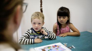 Her er to børn til sprogvurdering i Barndommens Land på Østerbro i København. Felix Kyndbøl Frydensberg og Mathilda Salakam Krabholm, begge tre år, øver med audiologopæd Lea Lenau Zachariassen.
