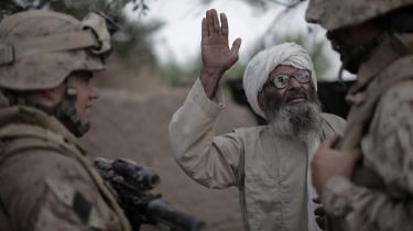En afghansk landmand svarer på spørgsmål fra en tolk, som arbejder for de amerikanske styrker. Det amerikanske militær kritiserede i en rapport firmaet Mission Essential for ikke at have kontrol med tolkene. I den periode valgte Danmark at påbegynde samarbejde med firmaet.
