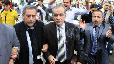 Utilfredse, landflygtige syrere kastede rådne æg og tomater mod blandt andre formanden for Syriens Arbejder Parti, Abdul Aziz al-Khayer, da han var på vej til et møde i den Arabiske Ligas hovedkvarter i Kairo, 2011. Mens politiske aktivister fra den tidligere tolererede del af oppositionen i Syrien forsvinder – og nogle dukker op døde – er den syriske opposition fortsat splittet.