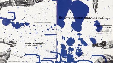 'Fin de Copenhague' er den første af de to bøger, Asger Jorn og Guy Debord lavede sammen. Det var i 1957 hos Permild og Rosengreen. Debords tekst er sakset i dagens aviser, trykt med sort, og Jorn har hældt sine farver ud over trykpladen fra en stige. Det gik hurtigt, 24 timer, så var bogen der. Titlen kan oversættes lige ud som 'Slut på København', men kan også læses som 'Fin fra København'– Jorn hentede tit billedtekster fra sine yndlingsbøger, og en af dem var Joyce's 'Finnegan's wake'. Foto: Lars Bay, Museum Jorn.