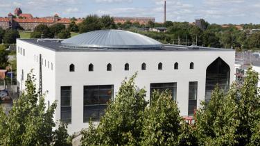 Vi har endnu til gode at se den nye moskés interiør. Facaden med store vægfl ader og enkelte vinduespartier med spidsbuer afslører kun et svagt ekko af arabisk byggeskik, der er kendt for sine rene linjer, stramme geometri og rige ornamentik